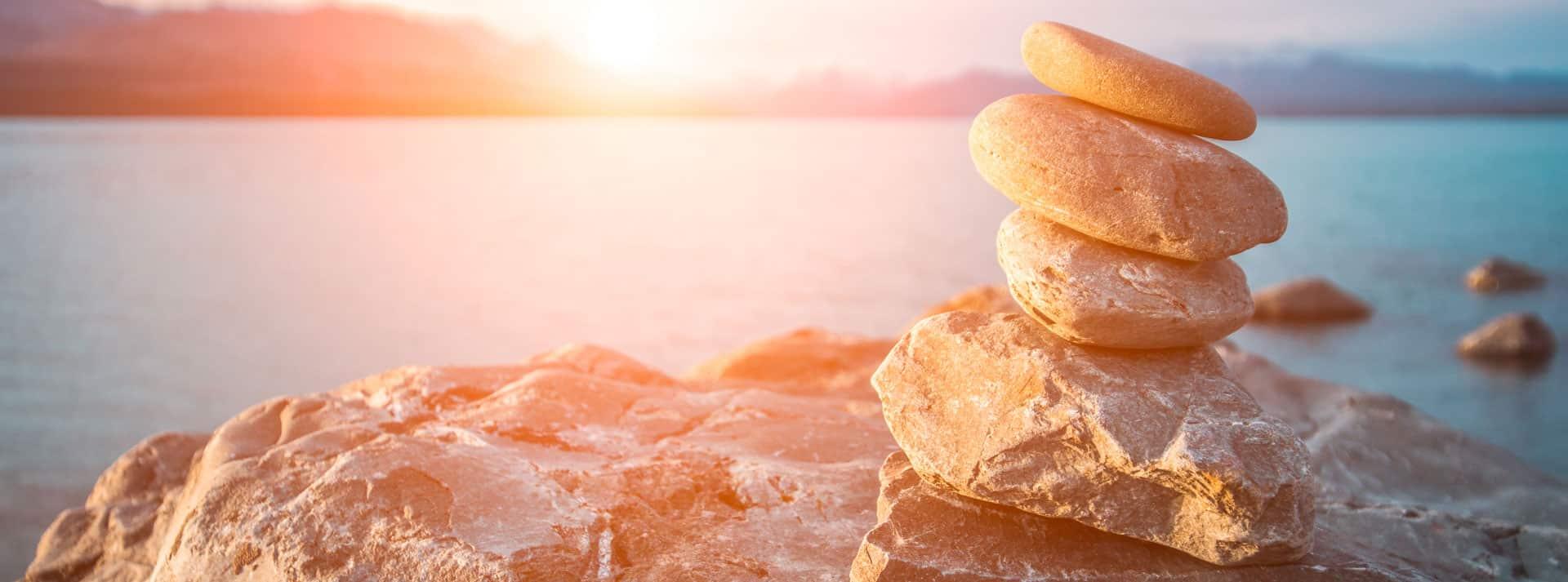 Titelbild mit Steinen vor einem Meer