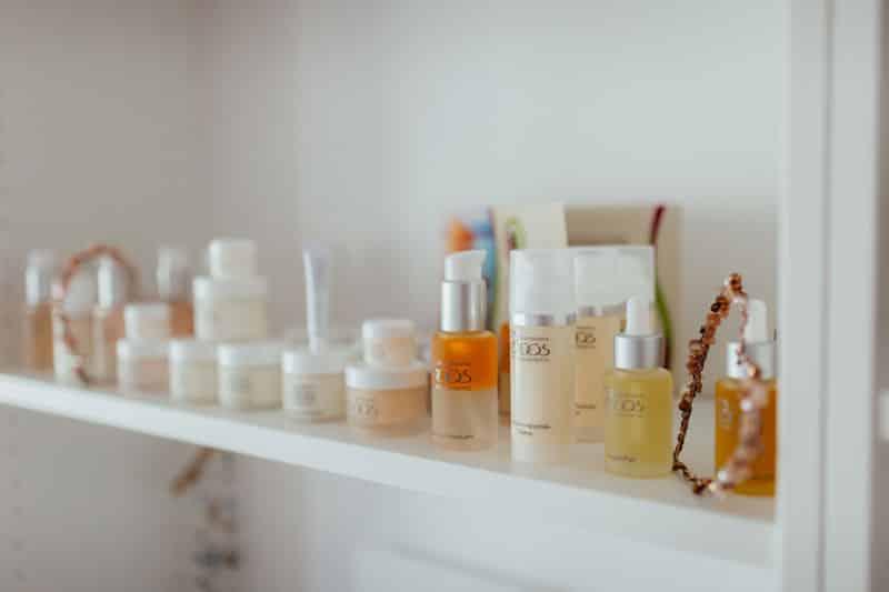 Naturkosmetik Produkte von Dr. Boos im Regal