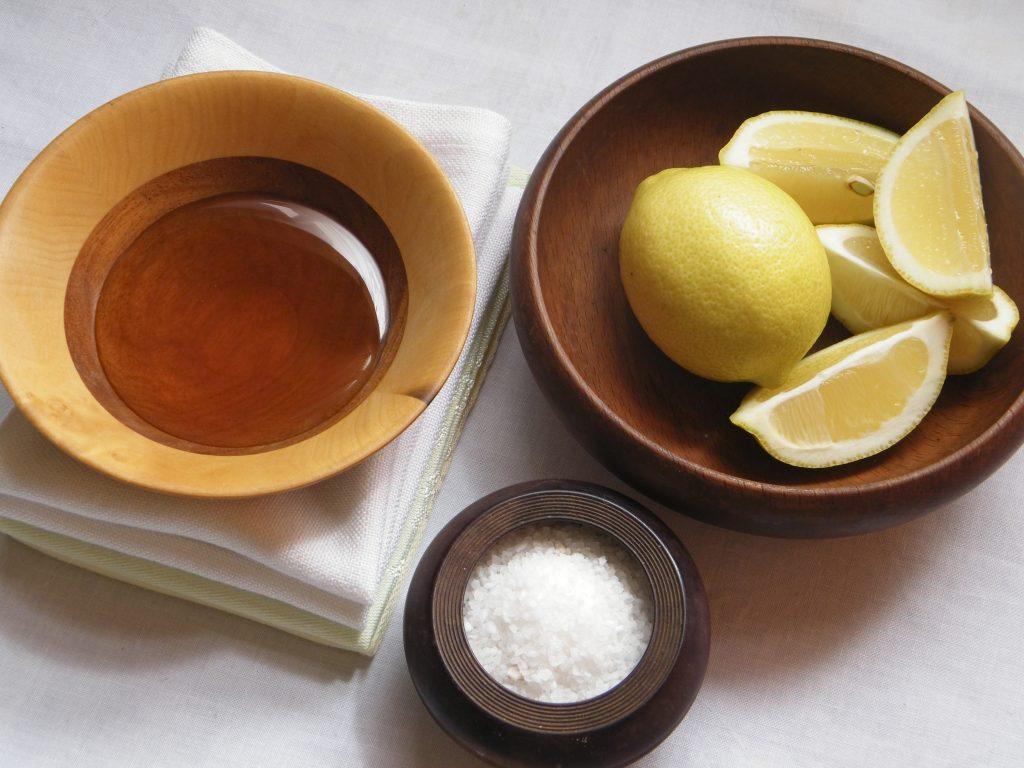 Salz, Honig, Zitronen auf einem Tisch